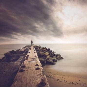 """Regresse à casa que existe em si e respire profundamente. Entre em contacto com o seu sofrimento e pergunte-se """"Por que motivo estou a sofrer? De onde provém o meu sofrimento?"""